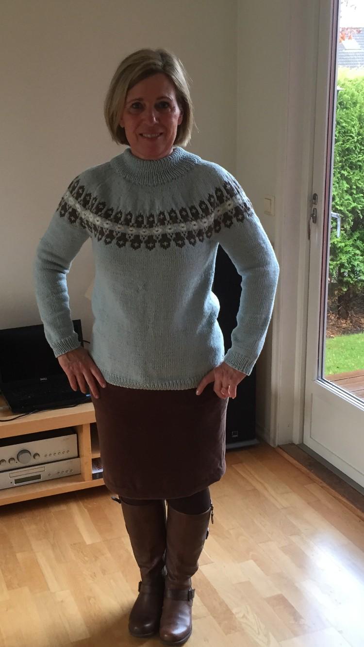 31669c3a Min Vendela genser med hjemmesydd skjørt til i velour. Strikket i garnet  Lerke (50% bomull og 50% merinoull)